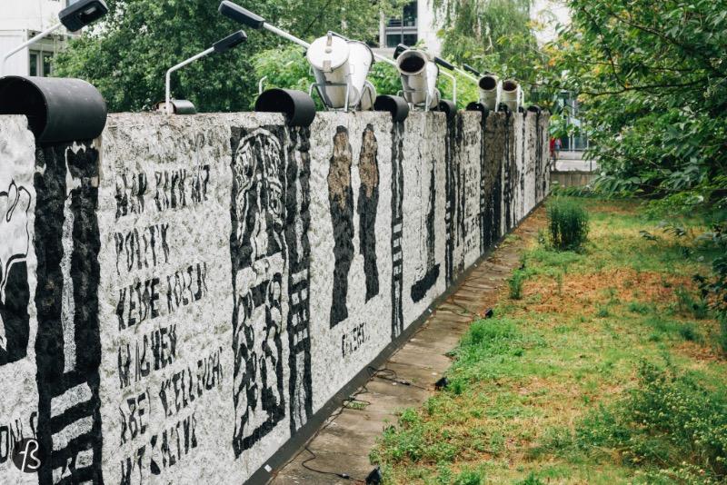 Parlamento das Árvores contra a Violência e a Guerra é um memorial em homenagem a todos que morreram tentando cruzar o Muro de Berlin. Esse pequeno memorial é o único local onde ainda se pode encontrar pedaços do muro perto do Reichstag, o centro do governo alemão aqui em Berlin. Estive lá algumas vezes a na última vez eu acabei tirando algumas fotos para o Fotostrasse.