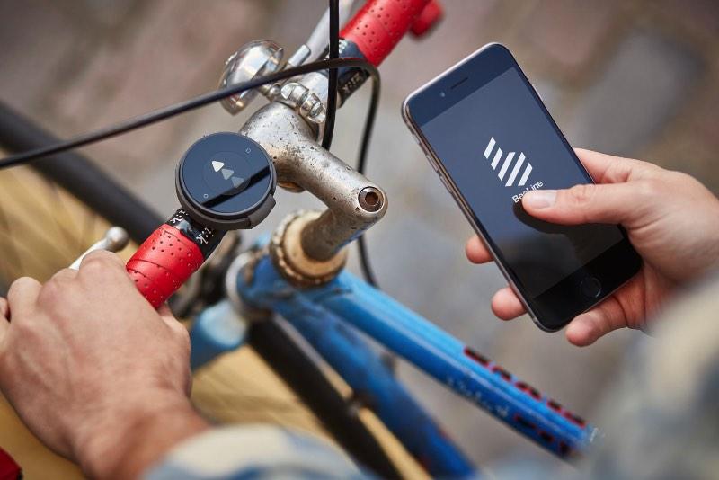 Até em uma cidade excitante como Berlin, o ato de ir para o trabalho de bicicleta na mesma rota é algo tedioso. Eu, pelo menos, acho bem tedioso e tento mudar de caminho sempre que posso. Dessa forma, perco um pouco da familiaridade e posso me dar ao luxo de descobrir algo novo e enxergar a cidade de um jeito diferente. Acredito que essa é a ideia do BeeLine, criação dos ciclistas londrinos Mark Jenner e Tom Putnam em colaboração com o MAP Project Office.