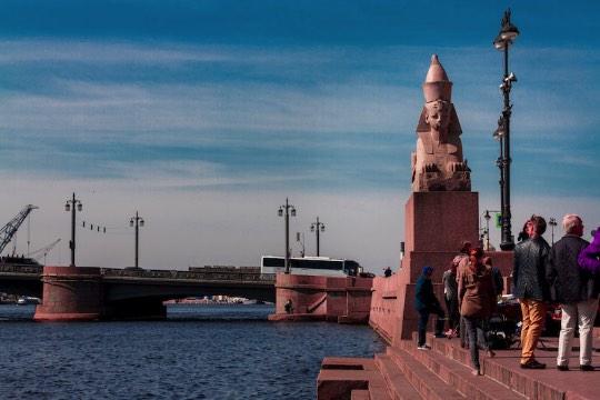 Não é todo mundo que sabe que existem as Esfinges de São Petersburgo. Pelo menos, eu não sabia disso até o momento que o ônibus parou e eu vi aquelas duas estátuas na minha frente. A sensação de ver essas duas esfinges no meio da Rússia foi tão estranha que eu tive que pesquisar um pouco sobre o assunto.