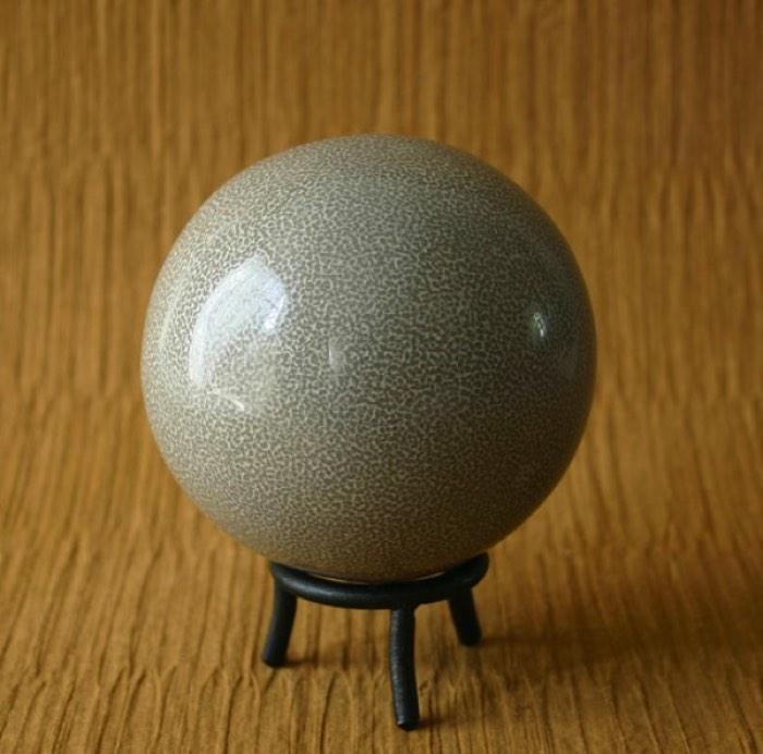 Dorodango é a arte japonesa de transformar terra e água em um só. O resultado é uma pequena esfera que parece uma bola de sinuca. Já o Hikaru Dorodango, é quando o processo é mais refinado e cria-se uma esfera brilhante.