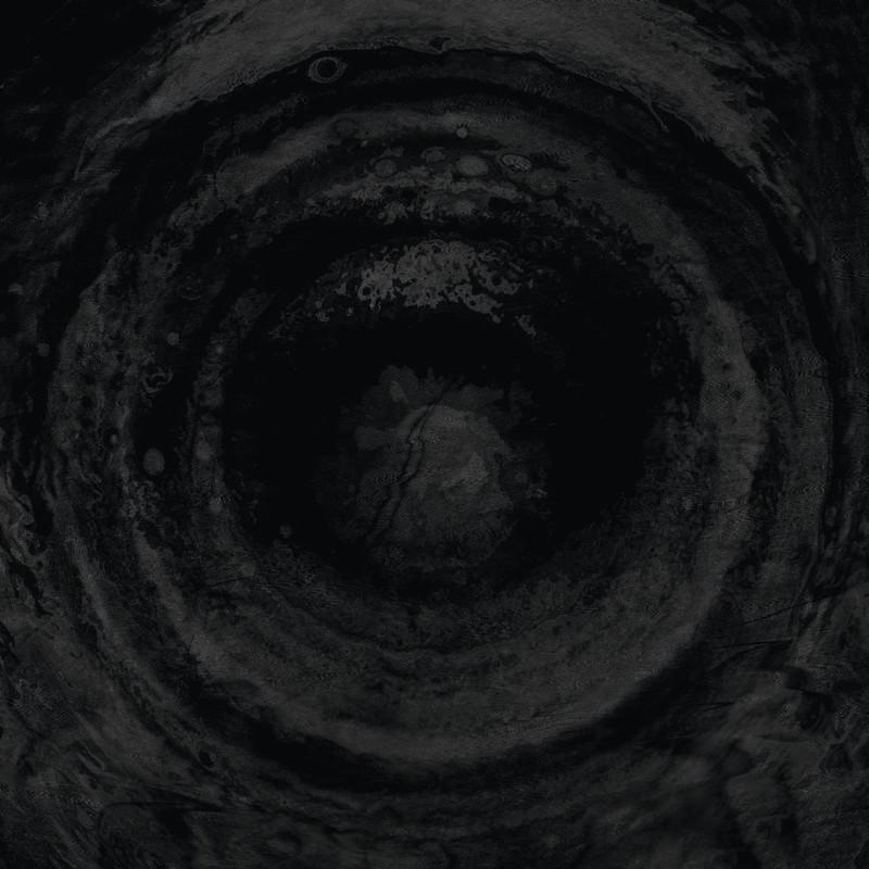 Secrets of the Moon é uma banda alemã de black metal que tem mais de vinte anos de história. Por mais que tenha toda essa história, o primeiro disco deles que capturou minha atenção foi Sun, lançado em 2015 e um dos melhores discos do ano para mim. Esse disco foge bastante do que o mundo espera desse estilo bem extremo e continua com um movimento que parece ter começado nos seus discos anteriores.