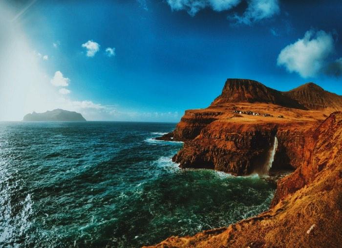 É no lado oeste da ilha de Vagar que você vai encontrar um dos lugares mais bonitos que já vi na vida. É lá que fica a pequena vila de Gásadalur e sua cachoeira.