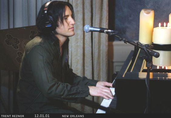 Não lembro direito como conheci o Nine Inch Nails mas acredito que isso deva ter acontecido na trilha sonora de Assassinos Por Natureza, em meados de 1994. Lembro que minha percepção musical do que poderia ser considerado música mudou na hora que eu escutei esse disco pela primeira vez. Eu já era fã do filme e acredito que ele foi um dos meus favoritos durante vários anos mas a trilha sonora do filme marcou ainda mais minha vida.