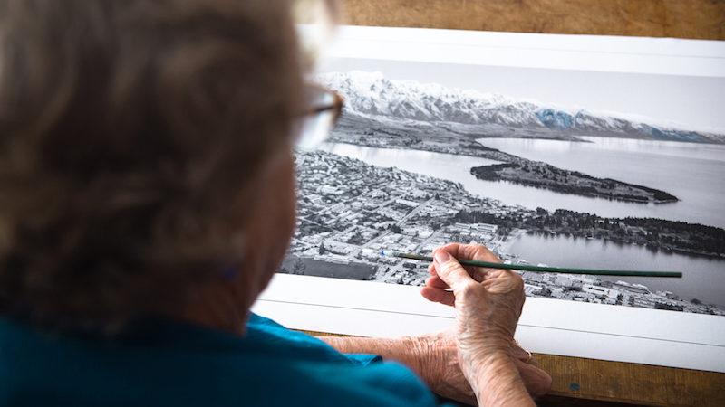 The Colourist é um documentário curta-metragem que mostra um pouco do trabalho de Grace Rawson. A neo zelandesa tem, hoje em dia, mais de 80 anos de idade e trabalhou colorindo fotografias em preto e branco nos anos cinquenta.