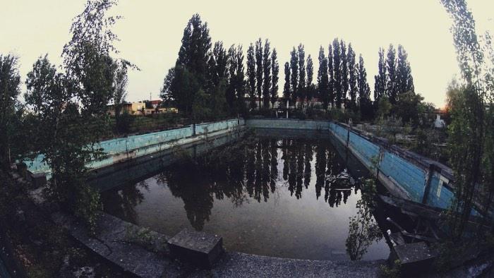 Não dá para nadar na Freibad Lichtenberg desde o final dos anos oitenta. Alguns colocam a responsabilidade disso na queda do mundo de Berlim mas não dá para ter muita certeza disso. Hoje em dia, a piscina está lá, abandonada e apodrecendo no meio de Lichtenberg, um bairro da periferia da capital alemã.
