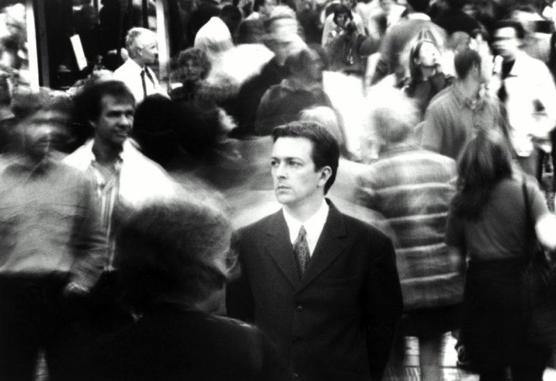 Following foi lançado no início de 1999 nos Estados Unidos e acabou chamando muita atenção dos críticos de cinema. Filmado com um orçamento minúsculo de cerca de seis mil dólares, em um curso de cinema, Following é em preto e branco e parece ter sido filmado com um grupo de amigos de Christopher Nolan. Não que esses amigos sejam atores de qualidade duvidosa, o que não são. Mas, acredito que todos tiveram Following como primeira, ou uma das primeiras, experiências dramáticas.
