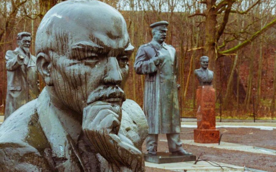 http://fotostrasse.com/soviet-statue-graveyard-tallin/#.WJugLBIrKV4