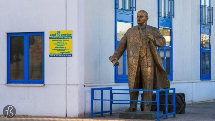 Essa estátua de Lenin pode ser encontrada no estacionamento de uma empresa de transportes de carga chamada Zapf Umzüge e parece que ninguém na internet sabe direito como ela foi parar ali. Já sabia que, entre 2001 e 2016, essa estátua estava em outro bairro aqui de Berlim, em Kreuzberg. Mas, quando a empresa de transportes mudou de endereço, eles levaram a estátua junto. E, hoje em dia, você pode fazer uma visita a ela depois de uma bela caminhada no meio de lugar nenhum. Foi isso que eu fiz em Março de 2017 e as fotos que você pode ver nesse artigo são dessa tarde.