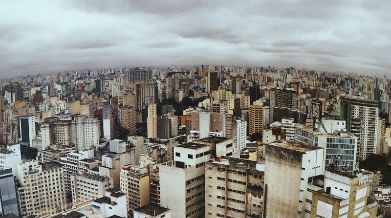Passei duas semanas de férias entre São Paulo e Belo Horizonte agora em julho. Durante meus dias por São Paulo, acabei visitando alguns pontos turísticos da cidade que eu não conhecia direito. Um desses locais acabou sendo o Copan, onde fui no seu terraço observar a vista da cidade lá embaixo. Uma das fotos que tirei naquele dia acabou indo para o Instagram do Guardian Cities e eu achei isso tudo fenomenal.
