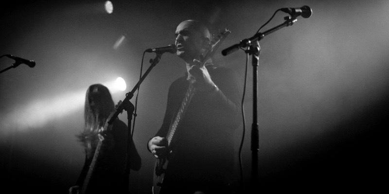 Quando conheci o Ruins of Beverast, o som da banda era uma mistura de funeral doom com black metal e eu lembro de achar tudo aquilo fenomenal. Mas os anos foram passando e eu fui deixando de lado a banda. Banda essa que foi criada lá em Aachen, aqui na Alemanha, pelo ex-baterista do Nagelfar: Alexander von Meilenwald. De acordo com ele, nos últimos anos, o Ruins of Beverast estava tocando um estilo de black metal muito tradicional e de uma forma quase psicótica. Como essa é uma banda de um homem só, o que passa na cabeça de Alexander von Meilenwald acaba refletindo muito no estilo musical da banda. E, segundo o músico, esse disco é imensamente pessoal e foi considerado por ele como uma forma de exorcismo terapêutico. Por isso mesmo que Exuvia acaba sendo um pouco diferente do que veio antes. Quase que uma evolução do passado musical da banda mas de um jeito especial.