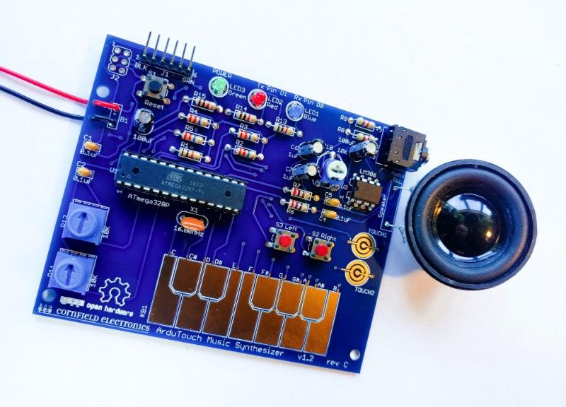 Nunca publiquei nada aqui mas tem alguns anos que ando explorando um mundo de sintetizadores. Tudo por culpa do meu interesse por drone, ambiente e umas músicas experimentais estranhas. Foi pesquisando sobre esse assunto que me deparei com o ArduTouch que não é nada mais do que um kit de aprendizado que usa de um Arduino como base para um sintetizador programável.