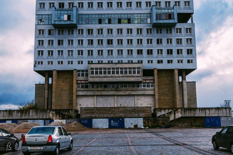 House of Soviets é um enorme prédio de arquitetura brutalise que pode ser encontrado no meio de Kaliningrado, na Rússia. Não existe nada maior do que essa construção por lá e pode ser visto de todos os lugares da cidade, o que é visto por muitos russos como sendo uma mancha suja no meio de Kaliningrado. Muitos dizem isso porque esse é um projeto arquitetônico fracassado que está abandonado. Mas muitos reclamam do visual estranho do local e algumas pessoas até dizem que o prédio parece com a cabeça de um robô que parece ter sido enterrado. É sério isso.