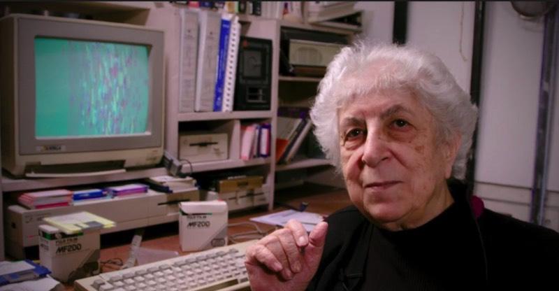 Samia Halaby é uma artista que resolveu usar de um Amiga para criar sua arte. E ela anda fazendo isso desde 1985, quando ela resolveu experimentar com arte digital e ela parece usar o mesmo computador até hoje como você pode ver no vídeo logo abaixo.