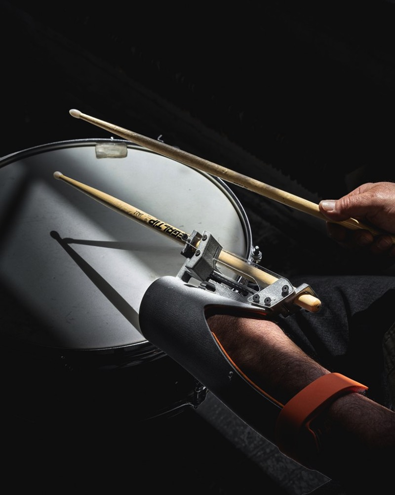 Paradiddle é o estranho nome que uma prótese para bateristas acabou recebendo. Feita utilizando de impressoras 3D, essa prótese open source foi feita para bateristas que sofreram amputações e é criação do designer chinês Dominic Siguang Ma.