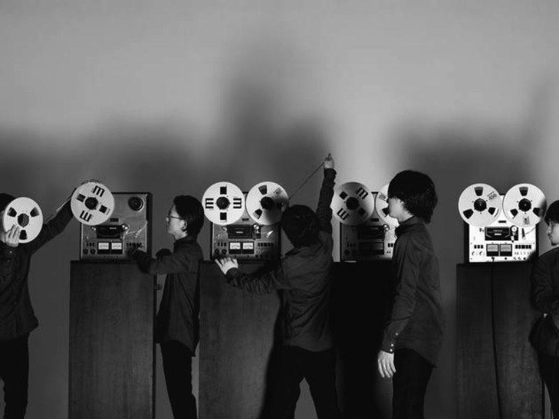 A banda japonesa conhecida como Open Reel Ensemble encontrou uma forma diferente e bem única para fazer músicas. Eles usam daquelas fitas de gravações profissionais como elementos de percussão e criam sons bem diferentes e criam músicas de um jeito que eu nunca esperava escutar.